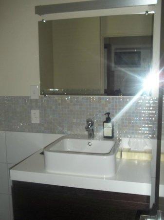 Terra Vive Luxury Suites & Apartments: Stylish bathroom