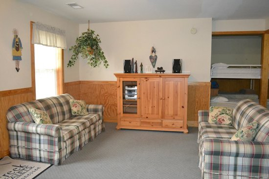 Smoky Mountain Resort, Lodging, & Conference Center: Downstairs family area