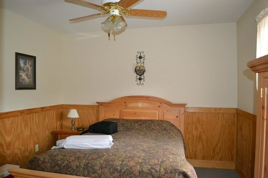 Smoky Mountain Resort, Lodging, & Conference Center: One of the upstairs rooms