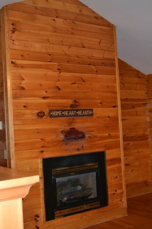 Smoky Mountain Resort, Lodging, & Conference Center: Upstairs fireplace
