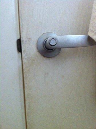 Islander Resort: Dirty bathroom door.