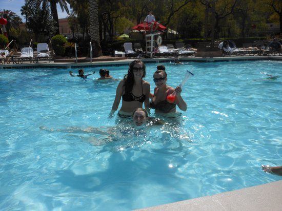 MGM Grand Hotel and Casino: drinks+pool