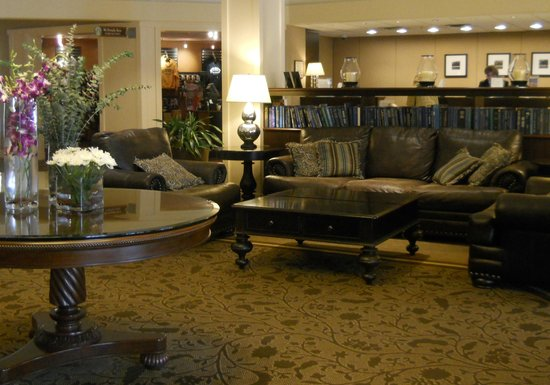 Sheraton Harrisburg-Hershey: Lobby is a nice place to relax with a book