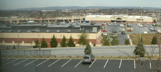 Sheraton Harrisburg-Hershey: Large mall with chain stores is adjacent