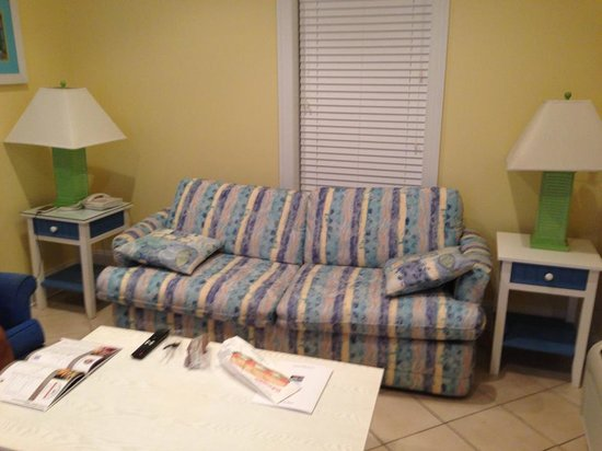 Island Inn of Atlantic Beach: Comfortable sofa also a queen pullout
