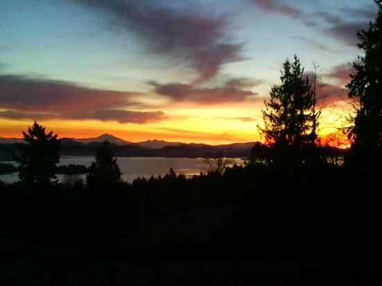 B&B at Salt Spring Apple Company: Enjoy beautiful sunrises over the water and mountains