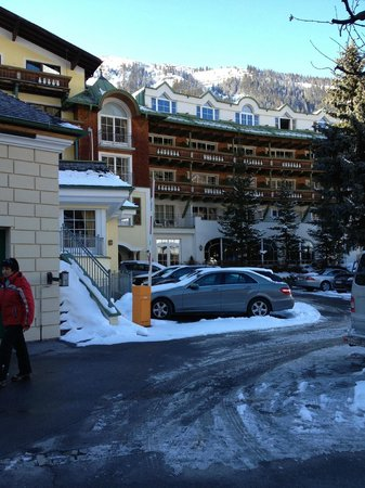 Hotel Schwarzer Adler: Town-situated view of hotel