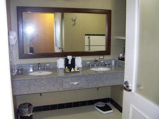 Carnegie Hotel: Huge bathroom