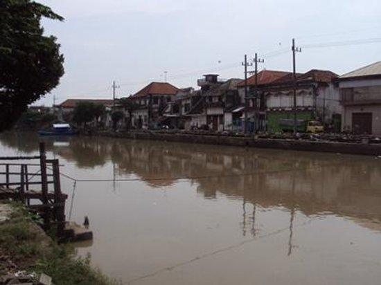 Jembatan Merah: Tampak sekitar sungai rumah kumuh