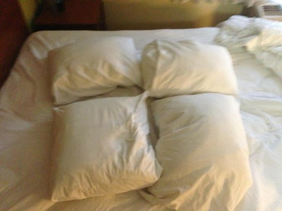 TownePlace Suites Fort Worth Southwest/TCU Area: Goofy little pillows - who does this?