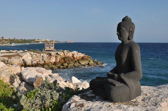 Baoase Luxury Resort: beach buddha