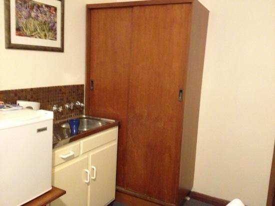 Princes Lodge Motel: fridge, wardrobe, budget room