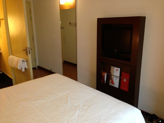 Ibis Singapore on Bencoolen: Great flat screen tv