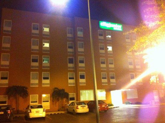City Express Junior Cancun: Estacionamiento del Hotel