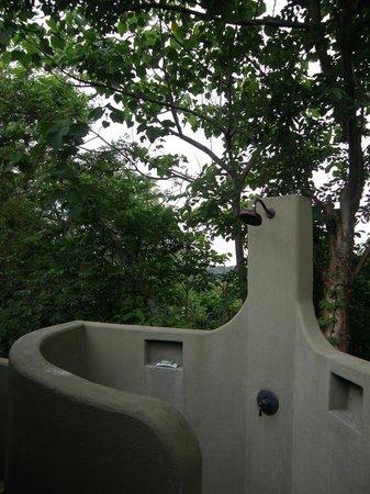 Gumbo Limbo Villas : Showering in the jungle