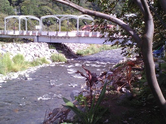 Hostal Suenos Del Rio: river