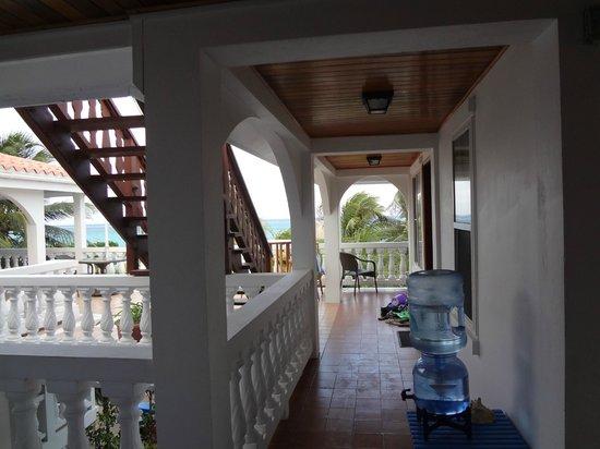Blue Tang Inn: hallway between rooms