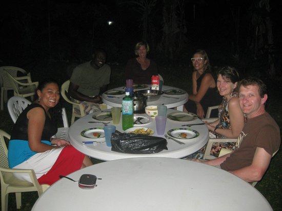 Fish Tobago Guesthouse: Cenando como en familia