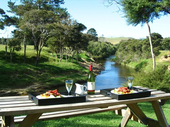 Morepork Riverside Lodge: Picnic by the Waitangi River