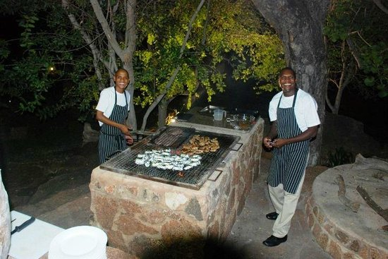 Thaba Khaya Lodge, Sable Ranch: Our super friendly cooks - Hotel Staff.
