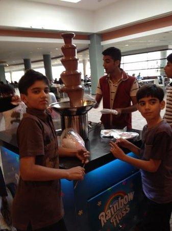 Dolmen Mall Tariq Road : chocolate fountain.....  yuuummmm