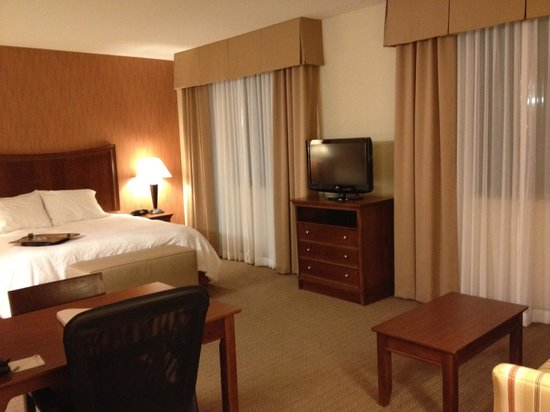 Hampton Inn & Suites Folsom : Room - TV and bed