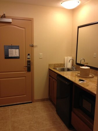 Hampton Inn & Suites Folsom : Room - entry and wet bar