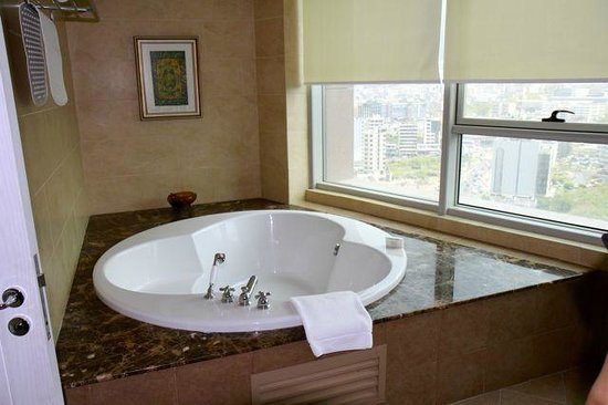 Hilton Beirut Habtoor Grand: Ambassador Suite Bathroom
