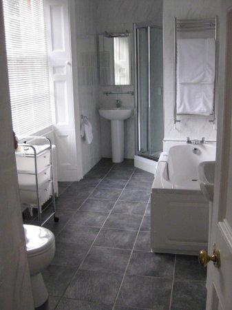 Burleigh Court Hotel: spacious bathroom