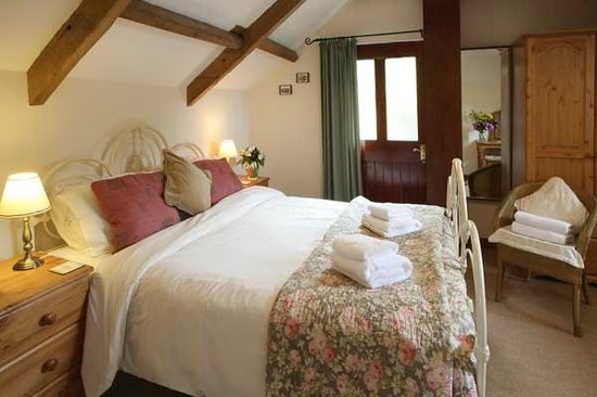 Swansea Valley Holiday Cottages: Exposed beams in Hafod Y Wennol farm cottage