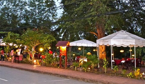 Villa Ban Lakkham: Restaurant overlooking the river