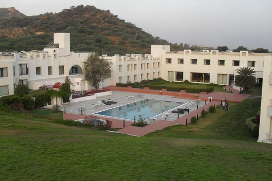 Inder Residency: View of the entire hotel from the garden