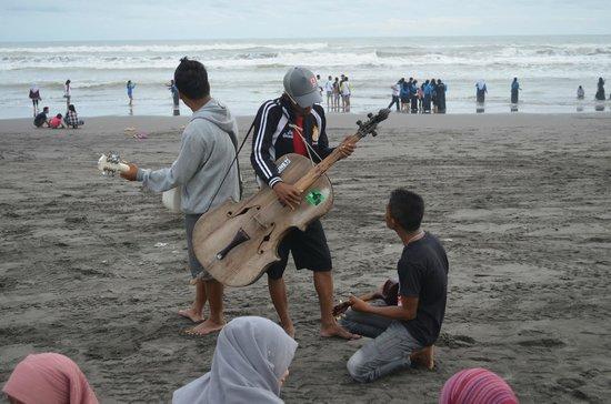 Parangtritis Beach: Young buskers, good voice