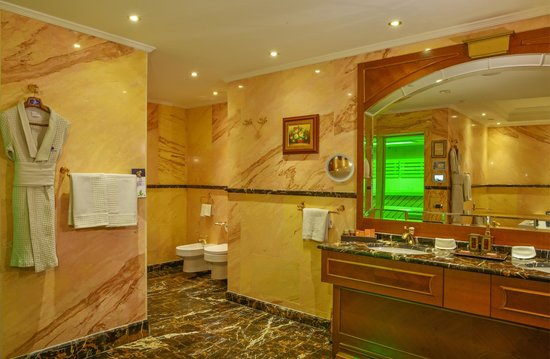 Swiss Diamond Hotel Prishtina: Bathroom With Sauna