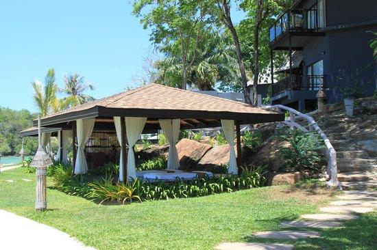 Beyond Resort Krabi: массажная отеля на берегу