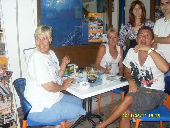 Bodrum Berk Balik Restaurant: cankam ferayem ve dostlarla kapı önü rakılaması
