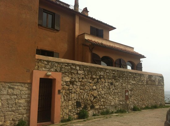 Sulmare: little brown door is the entrance :)