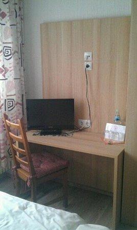 Hotel Lahnblick: Schreibtisch mit einem Fernseher