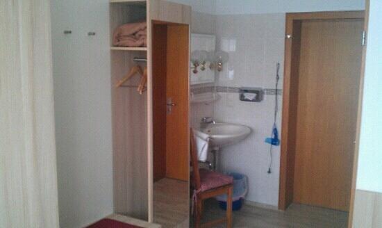 Hotel Lahnblick: Kleiderschrank, Waschbecken, Eingangtür