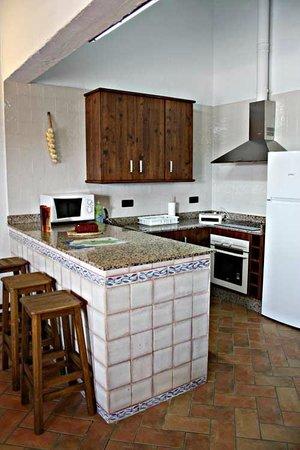 Sal n comedor picture of casas rurales elanio azul - Barras americanas para cocinas ...