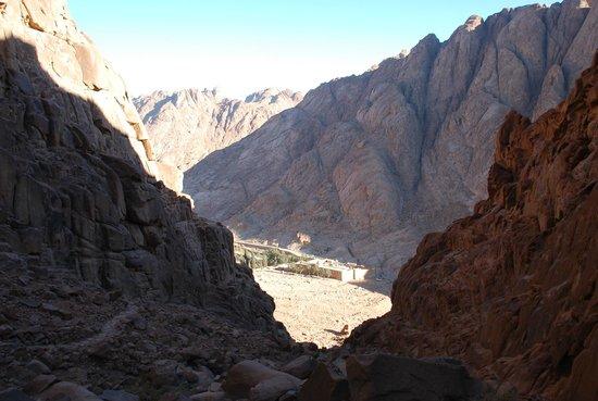 Elegant Voyage Day Tours - Sharm el Sheikh: Вид на Монастырь Св.Екатерины с короткой тропы от горы Моисея