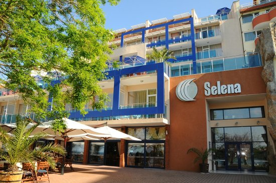 Hotel Selena: in front of the hotel