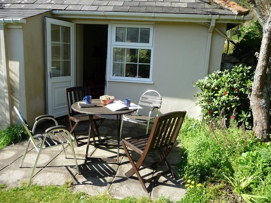 Trenance Farm Cottages: Outside seating area