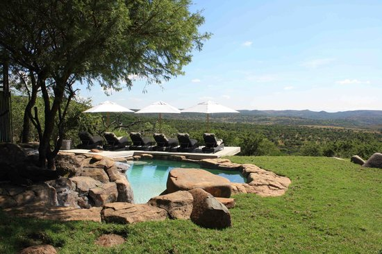 Nambiti Hills Private Game Lodge: Nambithi Hills pool area and view