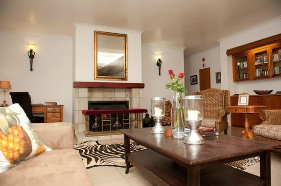 Val Du Charron Wine & Olive Estate Guesthouse: Lounge with fireplace, books & board games