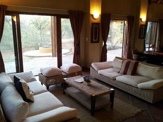 Hoedspruit Wildlife Estate: Lounge in 8 sleeper lodge