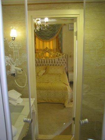 Hayriye Hanim Konagi Hotel: Banyonun içerisinden sırasıyla lavabo ve yatak odasının görünümü...