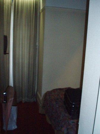 Manhattan Hotel: вот и вся ширина номера