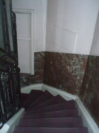 Manhattan Hotel: лестница грязная но красивая