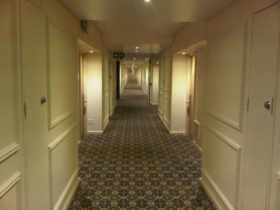 Burgers Park Hotel: Corridor leading to the rooms